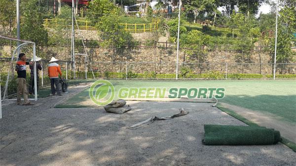 Bóc cỏ cũ và thi công mới sân bóng tại Hòa Bình