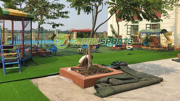 Thi công thay cỏ cũ dán cỏ mới cho trường mầm non Văn Quang