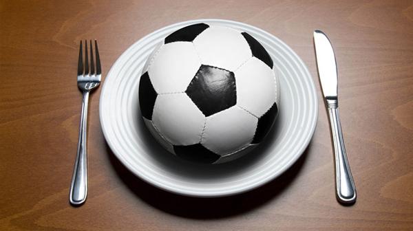 Chế độ dinh dưỡng ảnh hưởng không nhỏ tới thể chất, sức mạnh và sức bền của các cầu thủ bóng đá.