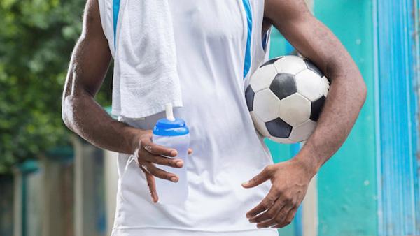 Cầu thủ cần uống bao nhiêu nước trong một trận đấu?
