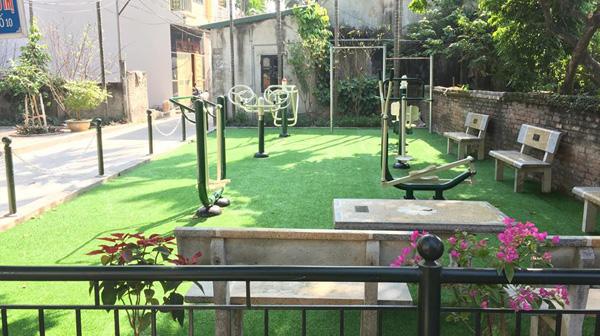 Thi công cỏ sân sân vườn khu vui chơi tổ 10 phường Yên Nghĩa