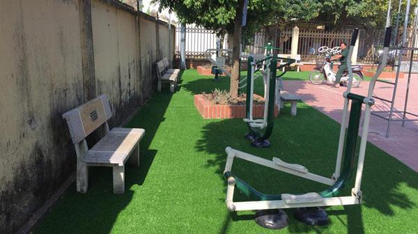Thi công cỏ sân sân vườn khu vui chơi tổ 16 phường Yên Nghĩa
