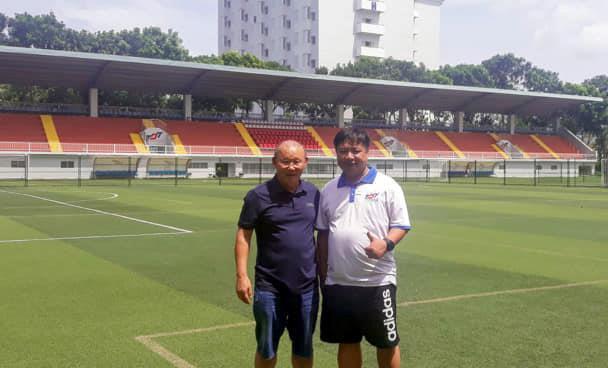 Ông Park khảo sát mặt cỏ nhân tạo cho U22 Việt Nam